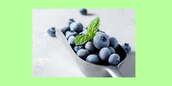 Blaubeeren, grieschicher Joghurt und ein Eisfach, mehr brauchst Du nicht. Hier findest Du das Rezept zu den kleinen Eisbomben.