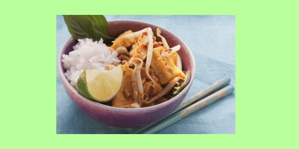 Rührei geht schnell, ist gesund und mega lecker und mit ein paar kleinen Zutaten holst Du Dir ein Stück Asien ins Ei.Rührei mit Sprossen und Limette.