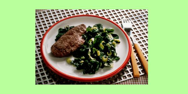 Blattspinat hat neben der Mineralstoffe auch Vitamine, wie Beta-Carotin, Vitamin C und E. Die Vitamine stärken die Abwehrkräfte, Rindfleisch liefert Eisen.